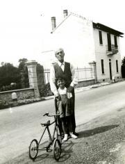 Scalarini con il nipote Nando a Gavirate nel 1940.