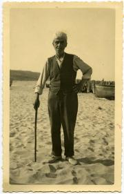 On the beach of Istonio (Vasto) during his forced stay at the concentration camp, 1941.