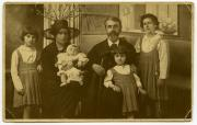 Family photo. From the left: daughter Francesca, wife Carolina Pozzi, daughter Claudia, Scalarini, daughter Raniera and daughter Virginia. Milan, 1918.